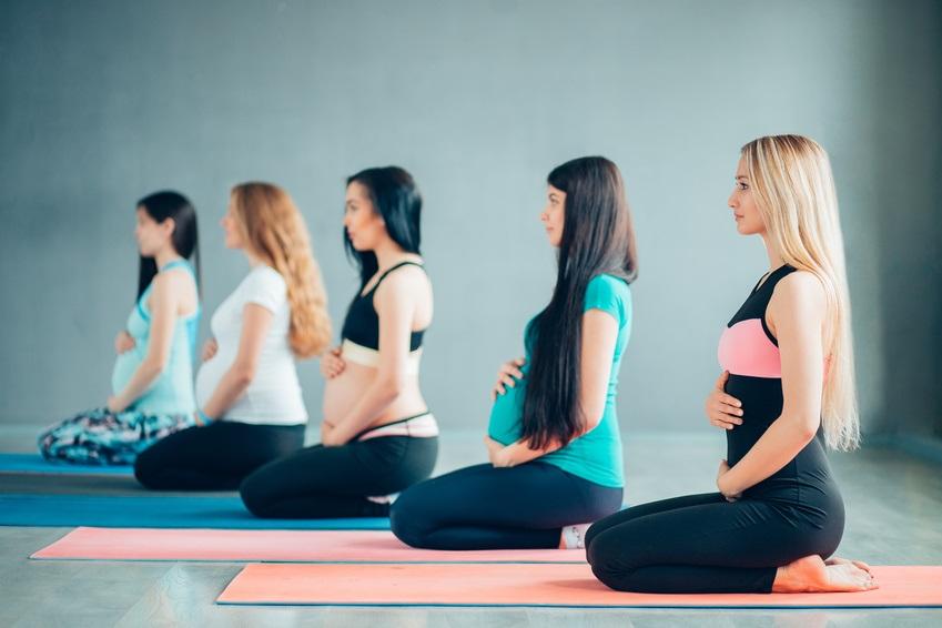 femmes enceintes qui font du yoga prénatal